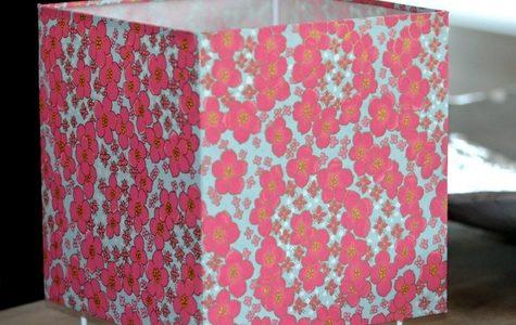 Lampe à poser en papier japonais, fleurs roses sur fond gris