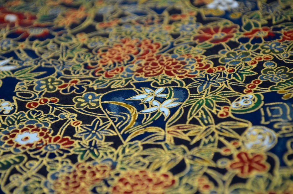 papier japonais noir aux motifs colorés