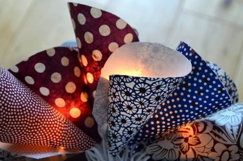 DIY pour faire une guirlande lumineuse en papiers japonais bleus