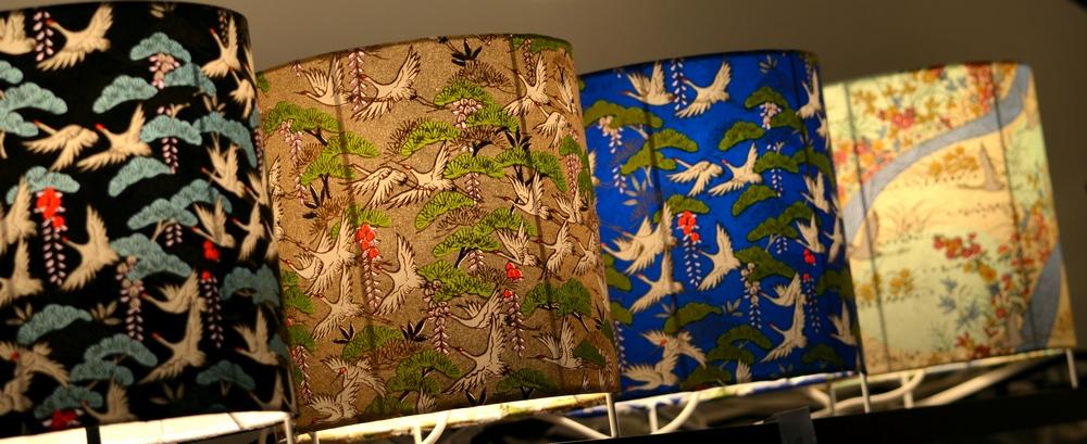 Papiers japonais aux grues sur des lampes à poser