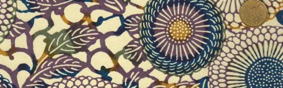 Papier japonais aux rosaces violettes, bleus et curry sur fond naturel