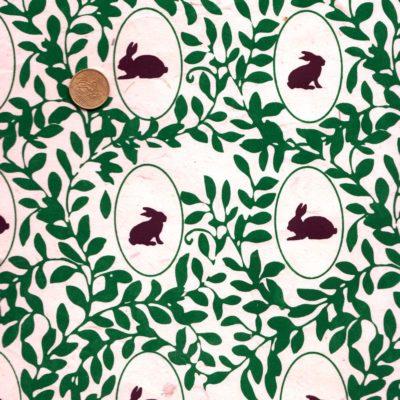 Papier népalais avec des lapins marrons dans des écussons verts