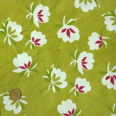 Papier népalais vert prairie fleurs blanches avec du rose