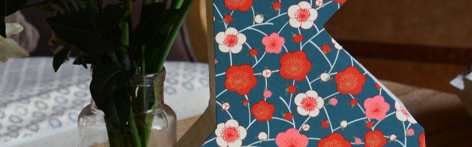 Lampe en forme de poule en origami, recouverte d'un papier japonais et népalais