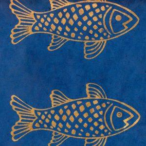 Papier népalais fond bleu marine impression de poissons dorés